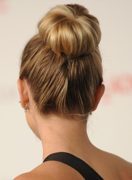 Hairstyles for a sock bun - 30 buns in 30 days - Hair Romance. Find this Pin and more on прически by Elena Dutikova. How many ways can you style a donut bun / Idées de chignon avec un donut.