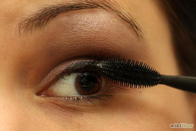 applying eyeliner & mascara (1)