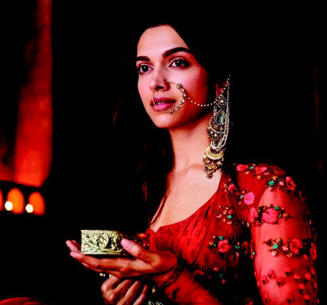 Deepika as Mastani in Anju Modi's Dresses Bajirao Mastani Collection (1)