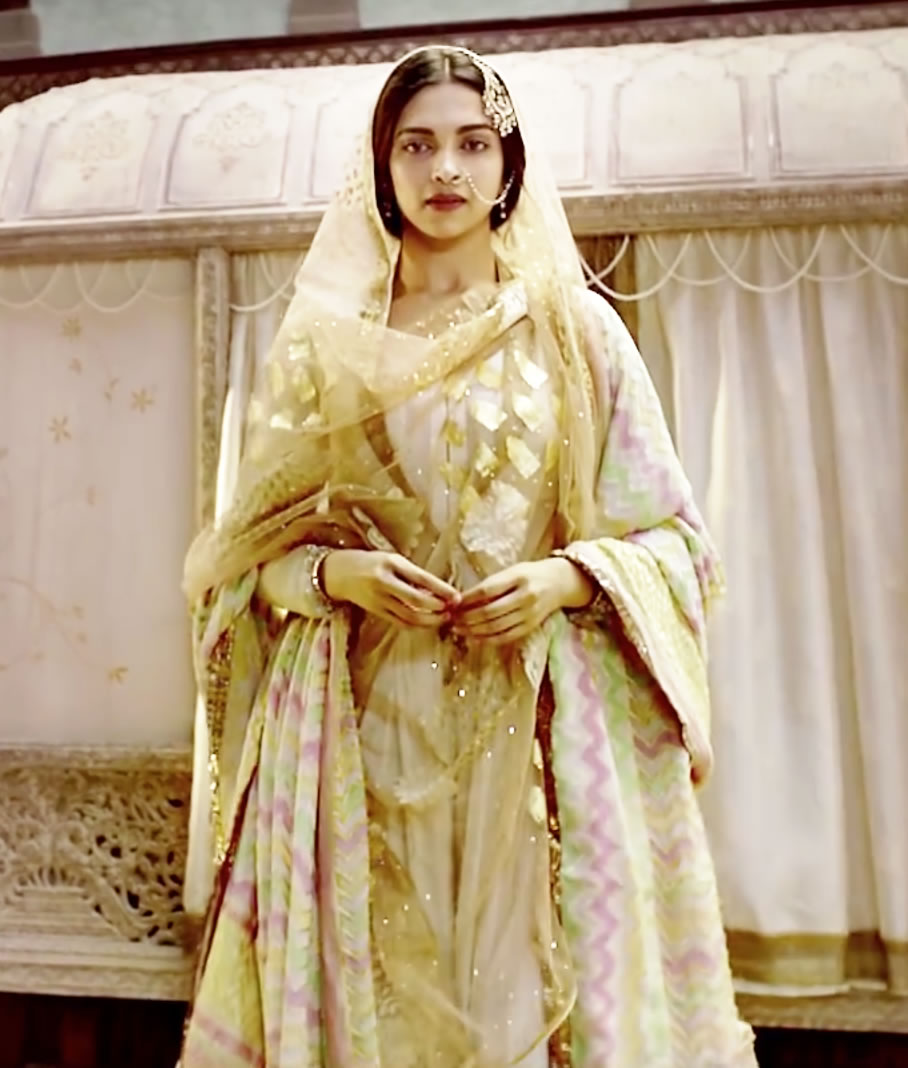 Deepika as Mastani in Anju Modi's Dresses Bajirao Mastani Collection (20)